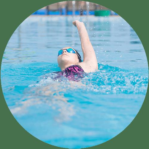 Viete, čím sa líši znak od ostatných plaveckých spôsobov? Zistite to a naučte sa o ňom všetko.